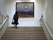 Besucher vor einem Gemaelde im nationalen Kunstmuseum der Teilrepublik Sacha (Jakutien) im Zentrum von Jakutsk. Jakutsk hat 236.000 Einwohner (2005) und ist Hauptstadt der Teilrepublik Sacha (auch Jakutien genannt) im Foederationskreis Russisch-Fernost und liegt am Fluss Lena. Jakutsk ist im Winter eine der kaeltesten Grossstaedte weltweit mit durchschnittlichen Winter Temperaturen von -40.9 Grad Celsius.<br /> <br /> Visitor infront of a painting at The National Art Museum of Sakha Republic (Yakutia) in the center of Yakutsk. Yakutsk is a city in the Russian Far East, located about 4 degrees (450 km) below the Arctic Circle. It is the capital of the Sakha (Yakutia) Republic (formerly the Yakut Autonomous Soviet Socialist Republic), Russia and a major port on the Lena River. Yakutsk is one of the coldest cities on earth, with winter temperatures averaging -40.9 degrees Celsius.