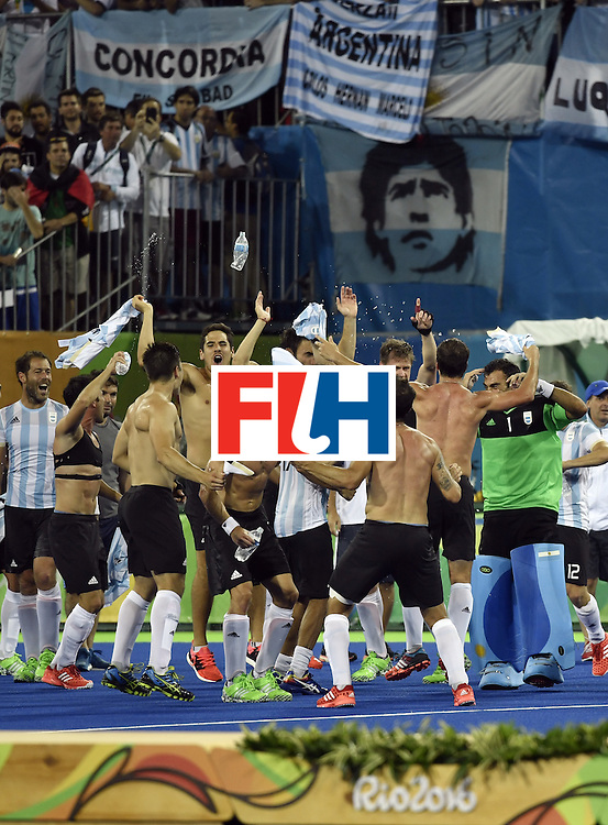 Argentina's players celebrate after winning the men's Gold medal field hockey Belgium vs Argentina match of the Rio 2016 Olympics Games at the Olympic Hockey Centre in Rio de Janeiro on August 18, 2016. / AFP / PHILIPPE LOPEZ        (Photo credit should read PHILIPPE LOPEZ/AFP/Getty Images)