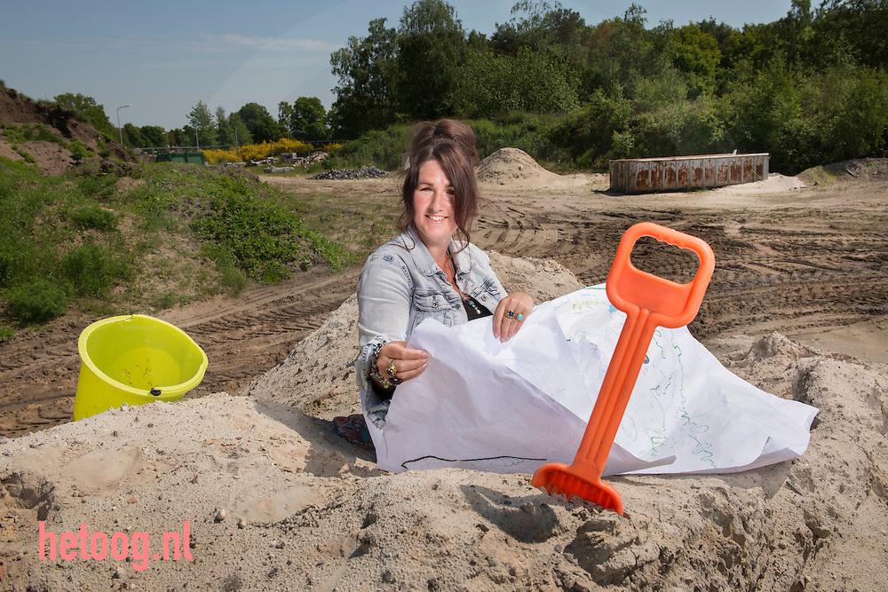 nederland, nijverdal 28mei2013 Charlotte van Doorn met de artistimpression op een mogelijke locatie voor de Jipkeshof, een leer- en ontmoetingsplek in een natuurlijke omgeving. Van, voor en door jong en oud. Dat is wat Charlotte van Doorn in Nijverdal wil bewerkstelligen met het burgerinitiatief de  Jipkeshof.