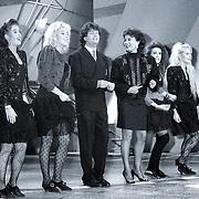 NLD/Bussum/19881222 - Sportverkiezing van het Jaar 1988 in het Spant, optreden, Frizzle Sissle met Albert West en Jose Hoebee, Marjon Keller, Karin Vlasblom, Laura Vlasblom en Mandy Huydts