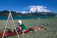 Chine. Province du Sinkiang (Xinjiang). Lac Karakul (3500m d'altitude) et le Mustagh-Ata (7546m). Tissage traditionnel. // China. Sinkiang Province (Xinjiang). Karakul (Karakoul) lake (3500m altitude) and Mustagh-Ata mountain (7546m). Traditional weaving.