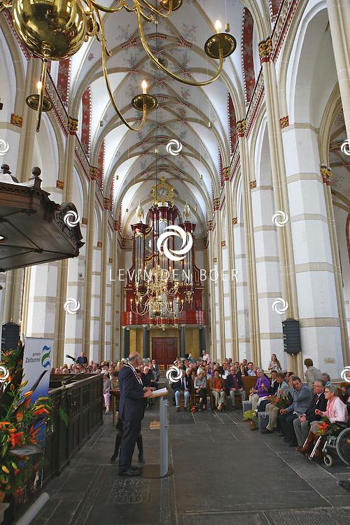 ZALTBOMMEL - In de Sint Maartenskerk is de jaarlijkse lintjesregen. Dit jaar zijn de gelukkige mensen Ben van Belkum (Zaltbommel), Wim van Belkum (Zaltbommel), Emiel Kaiser (Zaltbommel), Gerrit Kant (Zuilichem), Nico van Lopik (Zaltbommel), Henk Maas (Zaltbommel), Leen Pannekoek (Zaltbommel), Ad Riebergen (Zaltbommel), Jef Schaap (Zaltbommel), Arno Slosser (Zaltbommel), Jaap Verweij (Zuilichem), Viola van Vosen-van Soest (Brakel), Gijs van de Werken (Nederhemert) enTheun van Zanden (Zaltbommel). FOTO LEVIN DEN BOER - PERSFOTO.NU