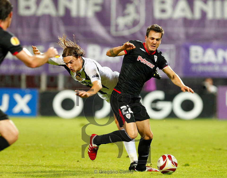 Nacional's Nejc Pecnik (L) vies with Atletic Bilbao's Xabier Castillo (R) during their Europa League group F football match at Madeira Stadium in Funchal on November 5, 2009.Photo Gregorio Cunha.Liga Europa, Estadio da Madeira.Nacional vs Atletico Bilbao.Nejc Pecnik e Xabier Castillo.Foto Gregorio Cunha