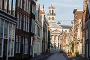 Het centrum van Dordrecht in de avond met in de achtergrond het stadhuis.<br /> <br /> The city center of Dordrecht in the evening. In the background the town hall can be seen.