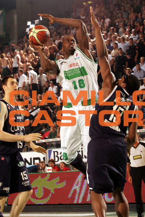 DESCRIZIONE : Treviso Lega A1 2005-06 Play Off Finale Gara 4 Benetton Treviso Climamio Fortitudo Bologna <br /> GIOCATORE : Goree <br /> SQUADRA : Benetton Treviso <br /> EVENTO : Campionato Lega A1 2005-2006 Play Off Finale Gara 4 <br /> GARA : Benetton Treviso Climamio Fortitudo Bologna <br /> DATA : 20/06/2006 <br /> CATEGORIA : Tiro <br /> SPORT : Pallacanestro <br /> AUTORE : Agenzia Ciamillo-Castoria/P.Lazzeroni <br /> Galleria : Lega Basket A1 2005-2006 <br /> Fotonotizia : Treviso Campionato Italiano Lega A1 2005-2006 Play Off Finale Gara 4 Benetton Treviso Climamio Fortitudo Bologna <br /> Predefinita :
