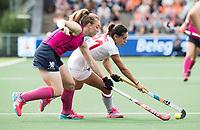 AMSTELVEEN - Beatriz Perez (Spa) met Alison Howie (Sco)   tijdens Spanje-Schotland (2-1) bij de Rabo EuroHockey Championships 2017.  ANP KOEN SUYK