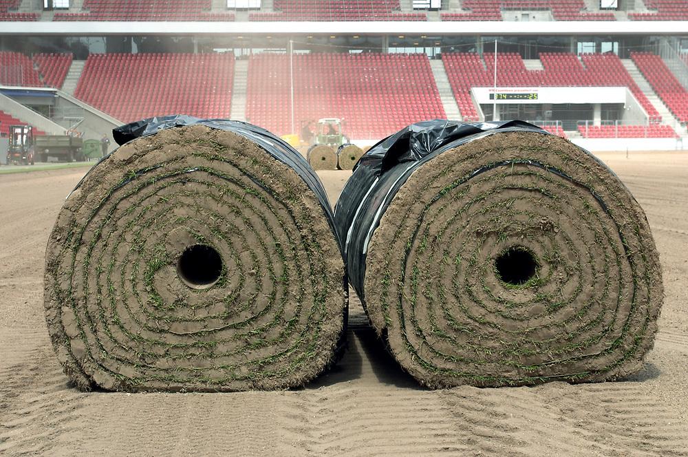 Deutschland - Fussballweltmeisterschaft 2006<br />WM Rasen - die Spur der Halme: woher kommt der<br />Rasen und wie kommt er in die Stadien ?<br />HIER: Rhein-Energie-Stadion K&ouml;ln, Testverlegung f&uuml;r<br />den FIFA-ConFed-Cup; Rollrasen - 1 Rolle wiegt ca. 1 Tonne ...<br />02.06.2005<br />&copy;  jungeblodt.com