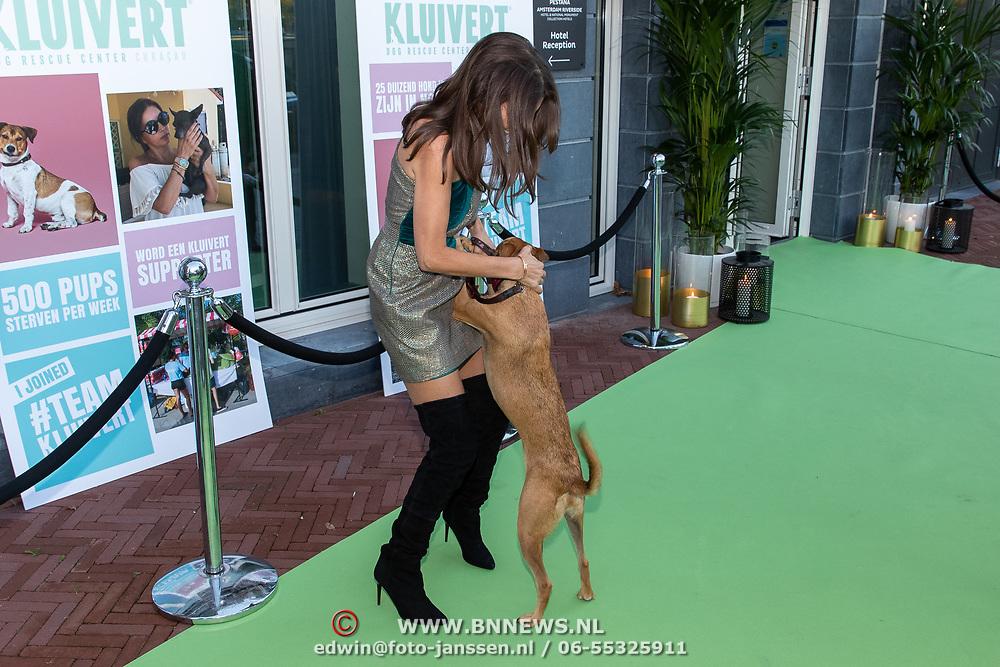 NLD/Amsterdam/20181005 - Benefietdiner Kluivert Dog rescue, Rossana Lima met een van haar honden uit de opvang