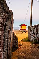 Posto de salva vidas na Praia da Armação ao anoitecer. Florianópolis, Santa Catarina, Brasil. / Lifeguard station at Armacao Beach at evening. Florianopolis, Santa Catarina, Brazil.