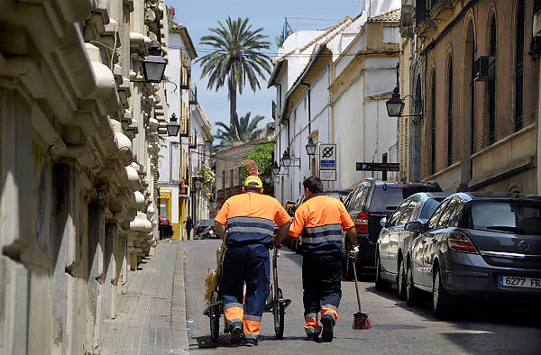 Spanje, Cordoba, 6-5-2010Straatvegers in een wijk van Cordoba. In Spanje gaat het slecht met de economie en het financiele systeem. 20% Werkeloosheid en spaarbanken die in de problemen zijn gekomen. Men wil niet met Griekenland vergeleken worden, maar de tekenen voorspellen niet veel goeds.Posters which call for a demonstration against unemployment and the policies of the government. In Spain the economy and financial system is in bad shape. 20% Unemployment and savings banks that have come into trouble. They do not want to be compared with Greece, but the signs do not predict much good.Foto: Flip Franssen/Hollandse Hoogte