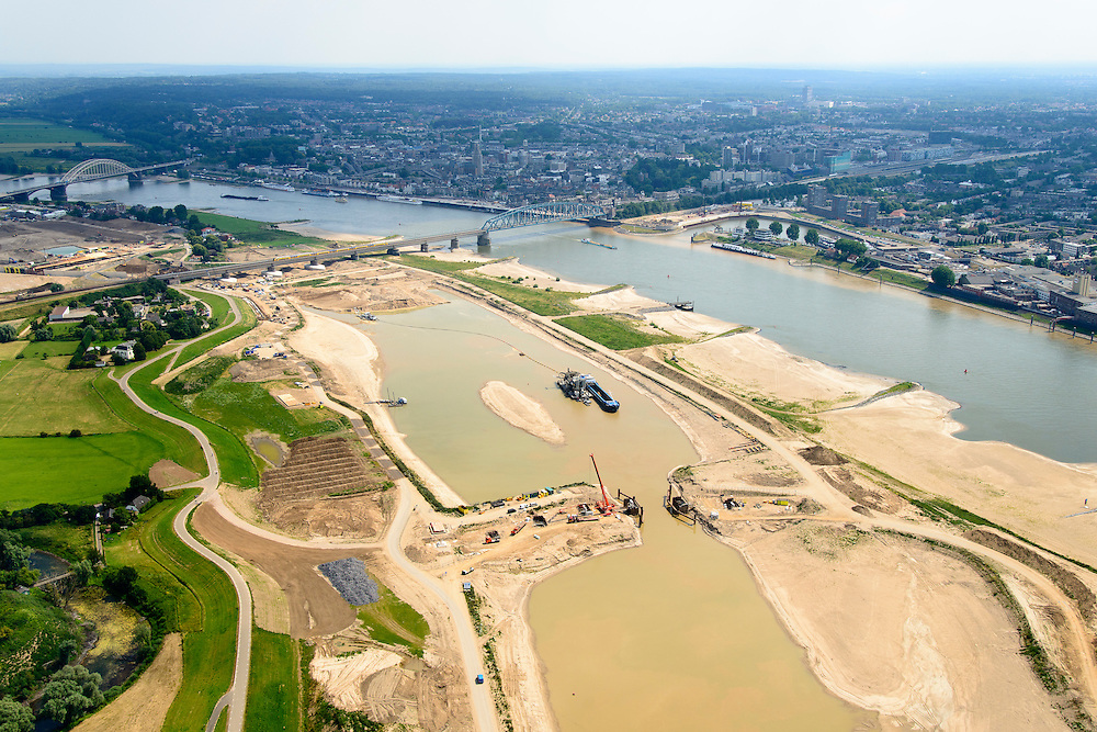 Nederland, Gelderland, Nijmegen, 26-06-2014; links van de rivier grondwerkzaamheden voor de Dijkteruglegging Lent (Ruimte voor de Rivier). Links Nijmegen-Noord, rechts binnenstad met spoorbrug en Waalbrug (aan de horizon).<br /> To the left of the river groundwork for the Dike relocation of Lent (project Ruimte voor de Rivier: Room for the River). Nijmegen city on the horizon and Waal bridge on the horizon.<br /> luchtfoto (toeslag op standaard tarieven);<br /> aerial photo (additional fee required);<br /> copyright foto/photo Siebe Swart.