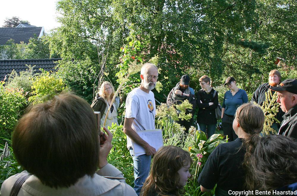 Sharing knowledge. Nyttevekstforeningen på bvesøk i Stephen Barstows hage.
