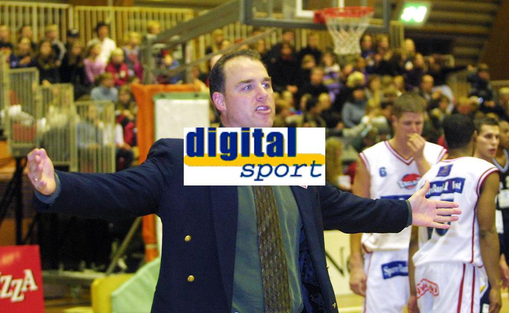 Basketball, BLNO 13. januar 2002. Kongsberghallen, Kongsberg penguins - Ulriken Eagles 61-72. David Swan, trener i Ulriken, var mer forbannet enn vanlig i gårsdagens kamp.