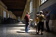 Guida turistica all'interno della centrale idroelettrica Taccani a Trezzo spiega ai turisti la struttura della centrale...Touristic guide inside of the hydroelectric plant Taccani, explains to visitors the structure of central