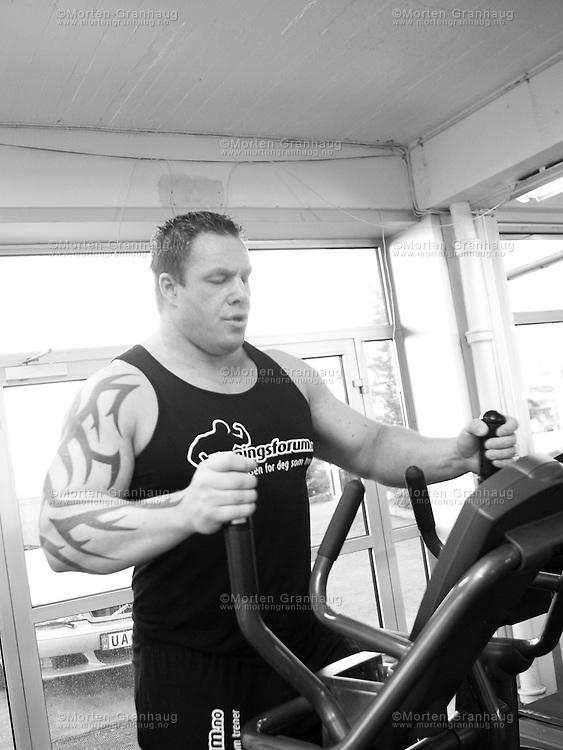 Trenings&oslash;kt med strongman Richard Skog p&aring; Kaliber treningsstudio, 6 mai 2010.<br /> Bildene er tatt for Treningsforum, og ble publisert i en artikkel p&aring; deres nettside 11 mai 2010.