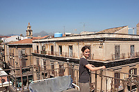 12 May 2012, Palermo. Nina Melan, a 35 years old restorer and graphic designer, spends her spare time on her terrace by corso Vittorio Emanuele, in the historical center of Palermo, Italy. Nina, originally from Milan, arrived in Palermo in 2009. ### 12 maggio 2012, Palermo. Nina Melan, una restauratrice e grafica di 35 anni, trascorre il proprio tempo libero sulla sua terrazza nei pressi di Corso Vittorio Emanuele, nel centro storico di Palermo.Nina, originaria di Milano, è arrivata a Palermo nel 2009.