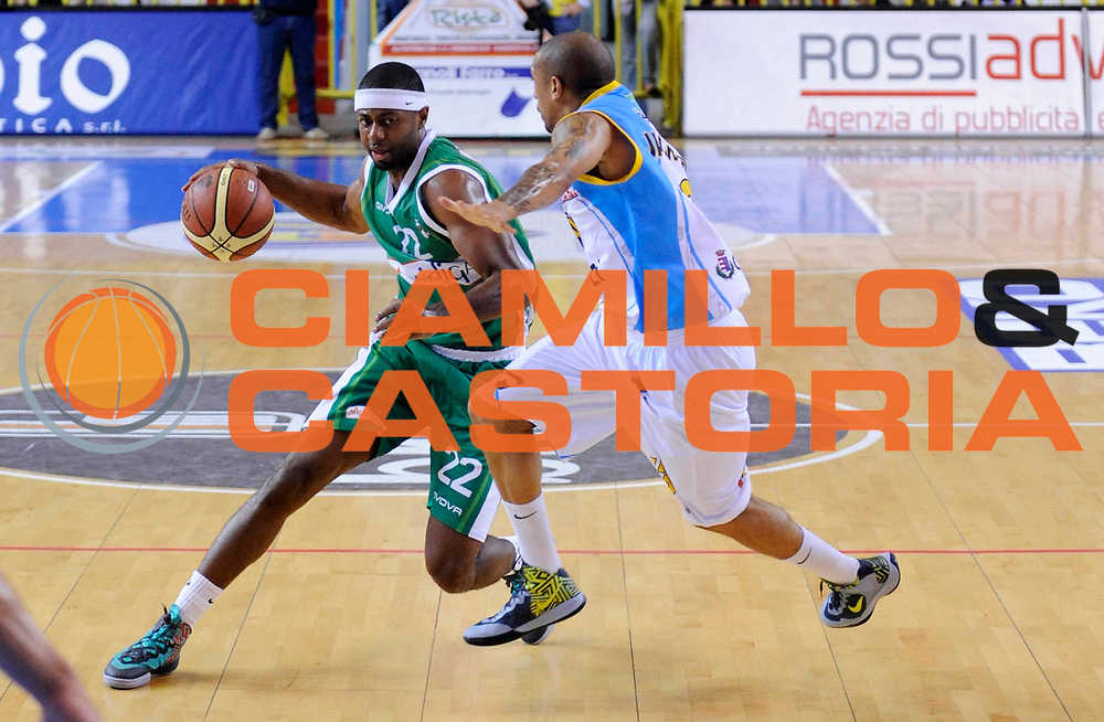 DESCRIZIONE : Cremona Lega A 2012-13 Vanoli Cremona Sidigas Avellino <br /> GIOCATORE : Mustafa Shakur<br /> SQUADRA : Sidigas Avellino<br /> EVENTO : Campionato Lega A 2012-2013<br /> GARA : Vanoli Cremona Sidigas Avellino<br /> DATA : 21/10/2012<br /> CATEGORIA : Palleggio<br /> SPORT : Pallacanestro<br /> AUTORE : Agenzia Ciamillo-Castoria/A.Giberti<br /> Galleria : Lega Basket A 2012-2013<br /> Fotonotizia : Cremona Lega A 2012-13 Vanoli Cremona Sidigas Avellino<br /> Predefinita :