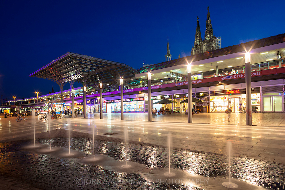 Europa, Deutschland, Koeln, Eingang zum Hauptbahnhof am Breslauer Platz, dahinter der Dom. - <br /> <br /> Europe, Germany, Cologne, entrance of the main station at the Breslauer square, in the background the cathedral.