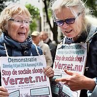 Nederland, Amsterdam , 14 JUNI 2014.<br /> Demonstratie Stop de sociale sloop! Verzet nu.<br /> De Initiatiefgroep 'Stop de sociale sloop! Verzet nu' organiseert een demonstratieve optocht op zaterdagmiddag 14 juni vanaf het Beursplein naar de Dokwerker in Amsterdam. De manifestatie op het Beursplein begint om 14 uur. De demonstratieve optocht vertrekt om 14.30 uur naar de Dokwerker. Daar op het Jonas Daniël Meijerplein staan vanaf ongeveer 15.30 uur sprekers en een optreden van 4Tuoze Matroze op het programma. Er zijn o.a. sprekers namens de Initiatiefgroep, Initiatief voor Betaalbaar Wonen Noord en het personeel van verzorgingshuis Sint Jacob – dat actie voert om sluiting te voorkomen.<br /> Foto:Jean-Pierre Jans