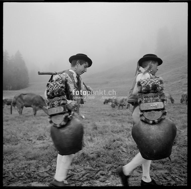 Der traditionelle Alpaufzug, &laquo;&Ouml;ber&auml;fahr&auml;&raquo; <br /> mit dem Appenzeller Bauer Meinrad Koch von Gonten auf Alp Soll im Alpstein. Oben angekommen nach strapazi&ouml;ser Wanderung singen Bauer und Gehilfen ein Z&auml;uerli und schwingen die Glocken (Schellesch&ouml;tte). &copy; Romano P. Riedo