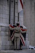 Hong Kong. Flag raising at the cenotaph in front of parliament    / lever du drapeau anglais sur  le Cénotaphe devant le parlement   / R00057/112    L940627  /  P0003161