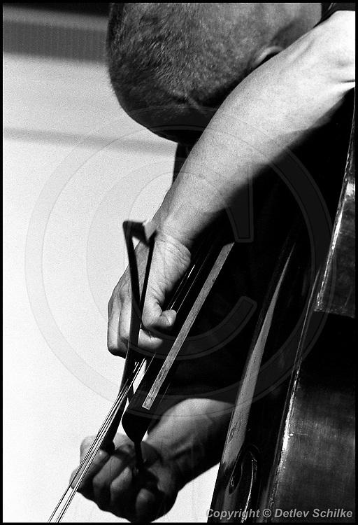 Berlin, DEU, 08.07.1992: Jazz Music , Peter Kowald, Hand am Bass, Workshop Freie Musik, Berlin, 08.07.1992,  ( Keywords: Musiker ; Musician ; Musik ; Music ; Jazz ; Jazz ; Kultur ; Culture ) ,  [ Photo-copyright: Detlev Schilke, Postfach 350802, 10217 Berlin, Germany, Mobile: +49 170 3110119, photo@detschilke.de, www.detschilke.de - Jegliche Nutzung nur gegen Honorar nach MFM, Urhebernachweis nach Par. 13 UrhG und Belegexemplare. Only editorial use, advertising after agreement! Eventuell notwendige Einholung von Rechten Dritter wird nicht zugesichert, falls nicht anders vermerkt. No Model Release! No Property Release! AGB/TERMS: http://www.detschilke.de/terms.html ]