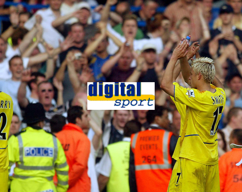 Photo. Andrew Unwin, Digitalsport<br /> NORWAY ONLY<br /> <br /> Chelsea v Leeds United. FA Barclaycard Premiership. 15/05/2004.<br /> Alan Smith applauds the travelling Leeds fans