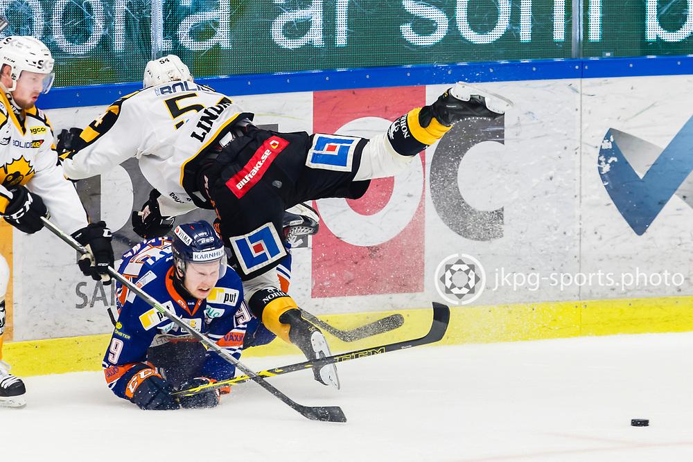 150423 Ishockey, SM-Final, V&auml;xj&ouml; - Skellefte&aring;<br /> Tuomas Kiiskinen, V&auml;xj&ouml; Lakers Hockey fokuserar p&aring; pucken samtidigt som Anton Lindholm, Skellefte&aring; AIK faller &ouml;ver honom.<br /> &copy; Daniel Malmberg/Jkpg sports photo
