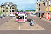 Nederland, Beek, 3-7-6-2017De hijskraantjes op de Beekse kermis. Doordat de draaimolen wegens inbraak vertrokken is staat het plein in het centrum bijna leeg.Foto: Flip Franssen