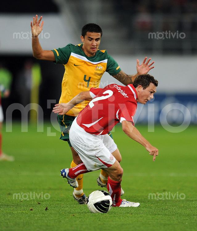 FUSSBALL NATIONALMANNSCHAFT  SAISON 2010/2011    Schweiz - Australien, Freundschaftsspiel       03.09.2010 Tim CAHILL (li, Australien) gegen Stephan LICHTSTEINER (re, Schweiz)
