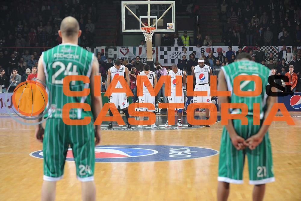 DESCRIZIONE : Caserta Lega A 2009-10 Pepsi Caserta Air Avellino<br /> GIOCATORE : Minuto Silenzio <br /> SQUADRA : Pepsi Caserta Air Avellino<br /> EVENTO : Campionato Lega A 2009-2010 <br /> GARA : Pepsi Caserta Air Avellino<br /> DATA : 18/04/2010<br /> CATEGORIA : <br /> SPORT : Pallacanestro <br /> AUTORE : Agenzia Ciamillo-Castoria/GiulioCiamillo<br /> Galleria : Lega Basket A 2009-2010 <br /> Fotonotizia : Caserta Campionato Italiano Lega A 2009-2010 Pepsi Caserta Air Avellino<br /> Predefinita : DESCRIZIONE : Caserta Lega A 2009-10 Pepsi Caserta Air Avellino<br /> GIOCATORE : <br /> SQUADRA : Pepsi Caserta Air Avellino<br /> EVENTO : Campionato Lega A 2009-2010 <br /> GARA : Pepsi Caserta Air Avellino<br /> DATA : 18/04/2010<br /> CATEGORIA : <br /> SPORT : Pallacanestro <br /> AUTORE : Agenzia Ciamillo-Castoria/GiulioCiamillo<br /> Galleria : Lega Basket A 2009-2010 <br /> Fotonotizia : Caserta Campionato Italiano Lega A 2009-2010 Pepsi Caserta Air Avellino<br /> Predefinita :