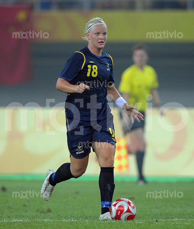 Olympia 2008  Peking  Fussball  Frauen   06.08.2008 China - Schweden Nilla Fischer (SWE) am Ball