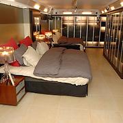 NLD/Eemnes/20060921 - Perspresentatie de Gouden Kooi, villa, slaapkamer, bed, bedden,