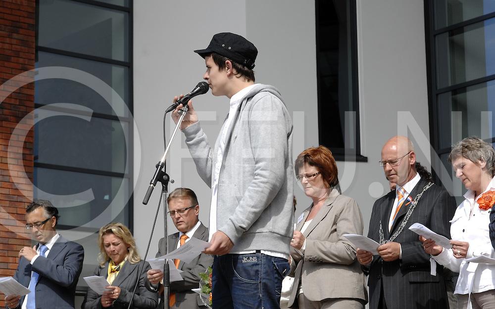 RIJSSEN..Aubade bij gemeentehuis op het Europaplein...Het zingen van het Rijsense lied.....Editie: NY....FFU Press Agency©2009 michiel van de velde..TT20090430