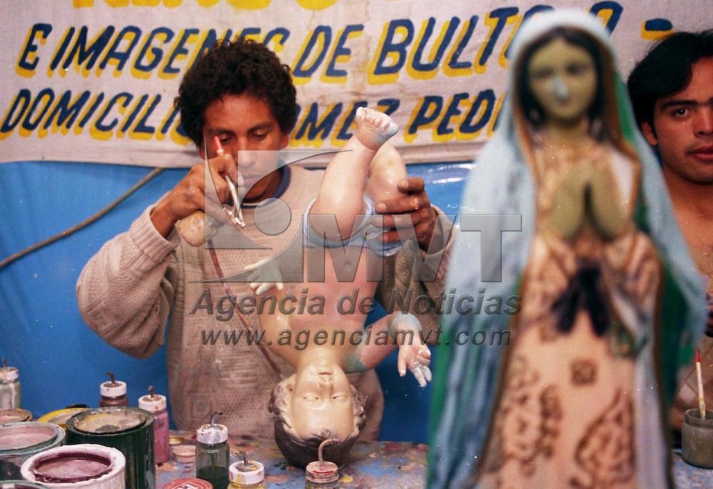 Toluca, M&eacute;x.- Artesanos se instalar&oacute;n en el mercado Ju&aacute;rez de esta ciudad, para reparar im&aacute;genes religiosas con un costo que va desde los 20 hasta los 250 pesos depende del deterioro de la im&aacute;gen. Agencia MVT / Arturo Rosales Ch&aacute;vez. (FILM)<br /> <br /> NO ARCHIVAR - NO ARCHIVE
