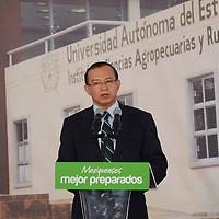 """Toluca, Méx.- Raymundo Martínez Carbajal, secretario de Educación durante la firma del Acuerdo Estratégico por la Educación Media Superior y Superior, entre el Gobierno del  Estado de México y la UAEM, """"que garantiza el derecho de los jóvenes a la educación"""", durante la inauguración del Instituto de Ciencias Agropecuarias y Rurales de la UAEM. Agencia MVT / José Hernández"""