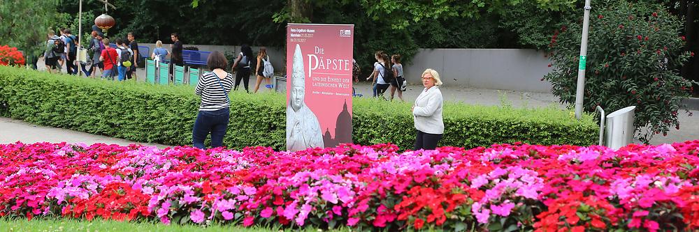 Mannheim. 27.06.17 | Bl&uuml;hende &quot;Papstgeschichten&quot;.<br /> Luisenpark. Bl&uuml;hende &quot;Papstgeschichten&quot;.<br /> Am Fahnenh&uuml;gel am Luisenpark-Haupteingang, wo eine sehr blumige &Uuml;bersetzung der p&auml;pstlichen Versammlung auf Sie wartet: Unsere G&auml;rtner haben sich bei der Beetplanung von den kardinalen, bisch&ouml;flichen und p&auml;pstlichen Farben Rot, Magenta und Wei&szlig; inspirieren lassen!<br /> Eine florale Erg&auml;nzung zur Ausstellung &bdquo;Die P&auml;pste und die Einheit der lateinischen Welt&ldquo;, die derzeit in den Reiss-Engelhorn-Museen gezeigt wird.<br /> <br /> BILD- ID 0487 |<br /> Bild: Markus Prosswitz 27JUN17 / masterpress (Bild ist honorarpflichtig - No Model Release!)