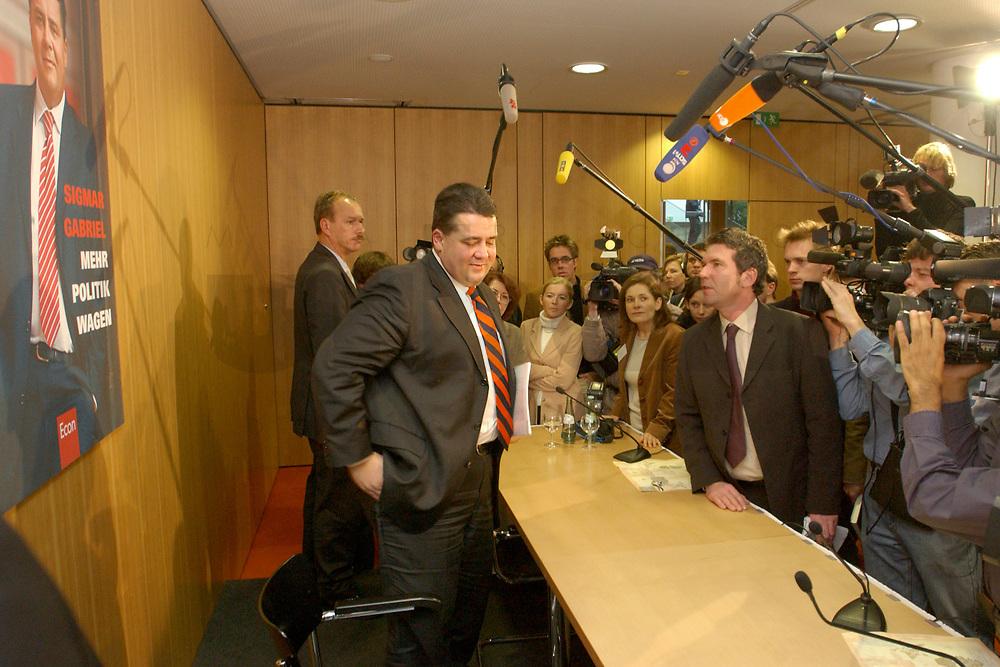 """10 DEC 2002, BERLIN/GERMANY:<br /> Sigmar Gabriel (L), SPD, Ministerpraesident Niedersachsen, umgeben von Kamerateams und Fotografen, nach der Vorstellung seiner Buches """"Mehr Politik wagen"""", Haus der Bundespressekonferenz<br /> IMAGE: 20021210-01-017<br /> KEYWORDS: Buchvorstellung, Ministerpräsident, Präsentation, Praesentation, book, Journalisten, Journalist"""