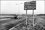 Nederland, Almere, 10-12-1985<br /> Serie beelden gemaakt voor twaalf verhalen in het blad Intermediair eind 1985, begin 1986 over de staat van de nederlandse economie per provincie . De computer deed voorzichtig zijn intrede, er bestond geen mobiele telefoon, gsm, of internet . De analoge maatschappij . Transitie naar het computertijdperk en automatisering, robotisering .<br /> Binnenkomst in Almere, de snelst groeiende stad van Nederland. In 1985 telde de gemeente 40.000 inwoners tegen 190.000 in 2010.<br /> Foto: Flip Franssen/Hollandse Hoogte