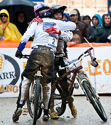 12.06.2011, Bikepark, Leogang, AUT, UCI MOUNTAINBIKE WORLDCUP, LEOGANG, im Bild Anneke Beerten, NED, dritte gratuliert Romana LABOUNKOVA, CZE, Siegerin // during the UCI MOUNTAINBIKE WORLDCUP, LEOGANG, AUSTRIA, 2011-06-12, EXPA Pictures © 2011, PhotoCredit: EXPA/ J. Feichter