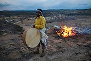 Un indígena rarámuri toca un tambor tradicional construido de cuero de chivo en lo alto de un cerro donde se ha prendido una fogata marcando uno de los cuatro puntos cardinales del pueblo dando inicio a la celebración de Semana Santa en Norogachi, México, el 8 de abril de 2009.