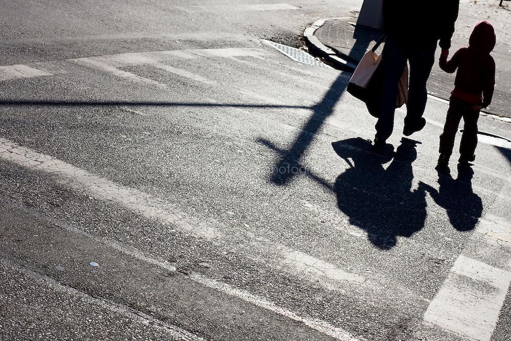 """9 Novembre, 2008. Brooklyn, New York.<br /> <br /> Padre e figlio passeggiano per le vie di Park Slope, Brooklyn, NY. Park Slope, spesso definito dai newyorkesi come """"The Slope"""", è un quartiere nella zona ovest di Brooklyn, New York, e confinante con Prospect Park.  Park Slope è un quartiere benestante che ha il maggior numero di nascite, la qualità della vita più alta e principalmente abitato da una classe media di razza bianca. Per questi motivi molte giovani coppie e famiglie decidono di trasferirsi dalle altre municipalità di New York a Park Slope. Dal punto di vista architettonico, il quartiere è caratterizzato dai brownstones, un tipo di costruzione molto frequente a New York, e da Prospect Park.<br /> <br /> ©2008 Gianni Cipriano for The New York Times<br /> cell. +1 646 465 2168 (USA)<br /> cell. +1 328 567 7923 (Italy)<br /> gianni@giannicipriano.com<br /> www.giannicipriano.com"""