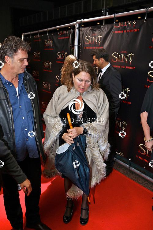 AMSTERDAM - De film Sint van regisseur Dick Maas gaat woensdag in het Muziektheater in Amsterdam in premiere. Met op de foto Maya van den Broecke en haar partner. FOTO LEVIN DEN BOER - PERSFOTO.NU