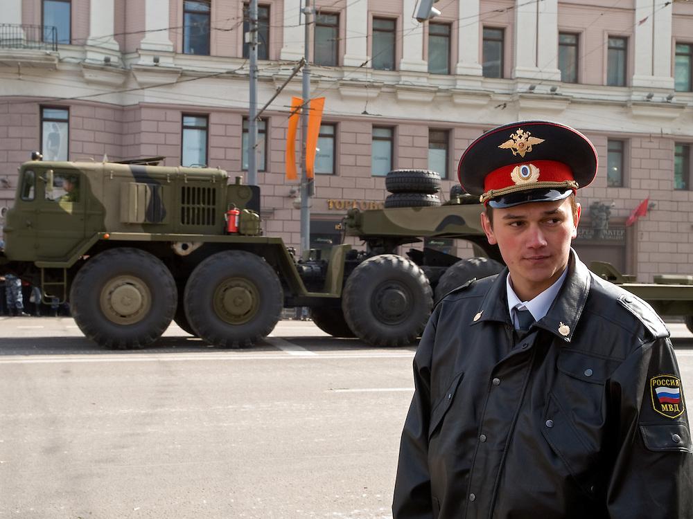 Polizist vor Milit&auml;rfahrzeugen der russischen Armee auf der abgesperrte Prachtstra&szlig;e Twerskaja - w&auml;hrend der gr&ouml;&szlig;ten Milit&auml;rparade in Ru&szlig;land seit Ende der Sowjetunion 1991 (9.Mai 2008).<br /> <br /> Policeman infront of military vehicles by the Russian Army at  Tverskaja street during the Victory Day parade (took place the 9th of May 2008) which showcased military hardware for the first time since the Soviet collapse.