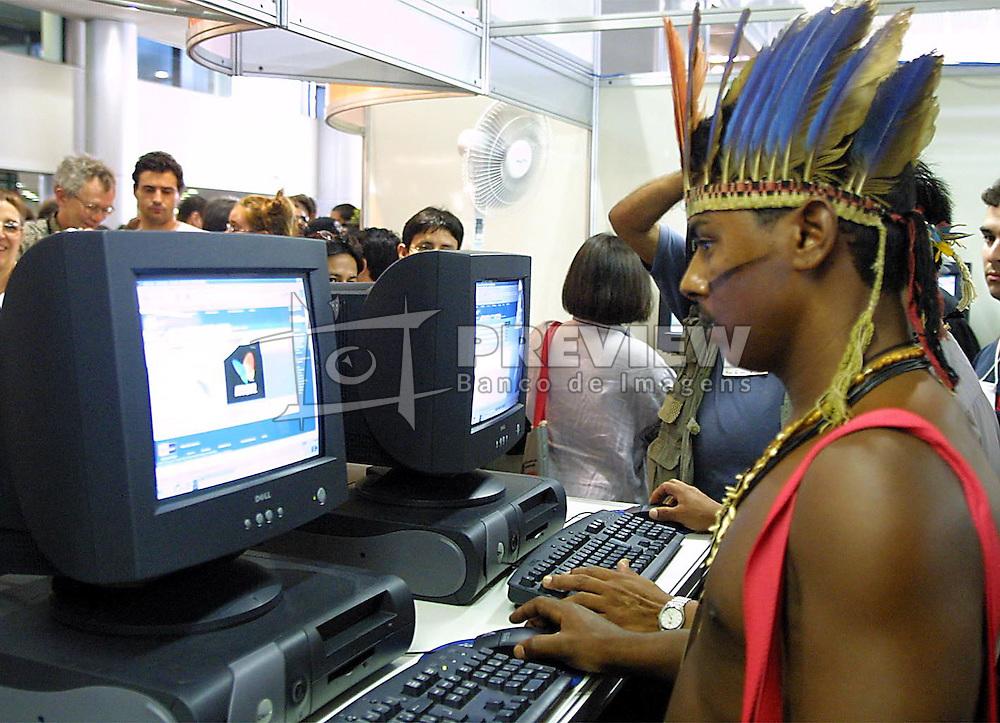 Neguinho Truka, da tribo indigena Truka, de Pernambuco chamou atenção ao chegar hoje pela manhã no II Forum Social Mundial em Porto Alegre. FOTO: Jefferson Bernardes/Preview.com