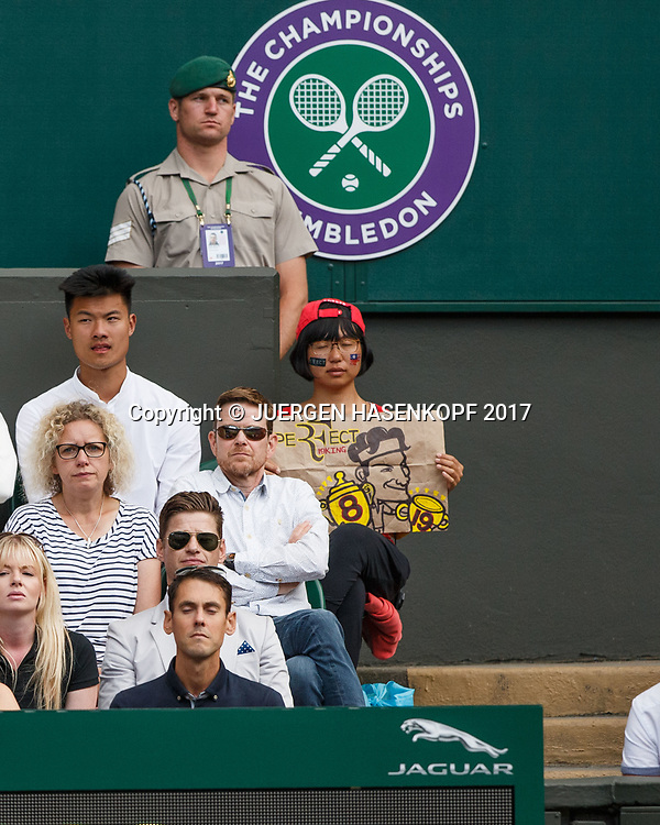 Wimbledon Feature, Roger Federer haelt ein Schild auf der Zuschauer Tribuene, Asiatin,<br /> <br /> Tennis - Wimbledon 2017 - Grand Slam ITF / ATP / WTA -  AELTC - London -  - Great Britain  - 12 July 2017.