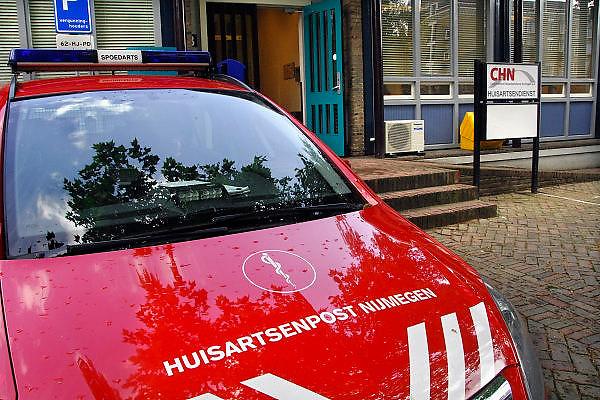 Nederland, Nijmegen, 16-5-2007..Een auto van de huisartsenpost nijmegen staat bij de ingang van de dienst. Bij spoedgeval mag hij zwaailicht voeren en heeft dezelfde rechten in het verkeer als een ambulance...Foto: Flip Franssen