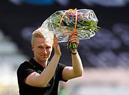FODBOLD: Anfører Steffen Kielstrup (Vejle Boldklub) stopper karrieren og modtog blomster før kampen i NordicBet Ligaen mellem Vejle Boldklub og FC Helsingør den 21. maj 2017 på Vejle Stadion. Foto: Claus Birch