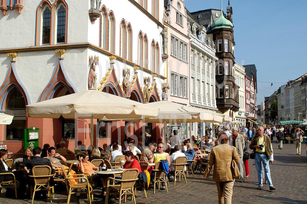 Trier, UNESCO-Welterbestätte..Cafe vor Steipe am Hauptmarkt