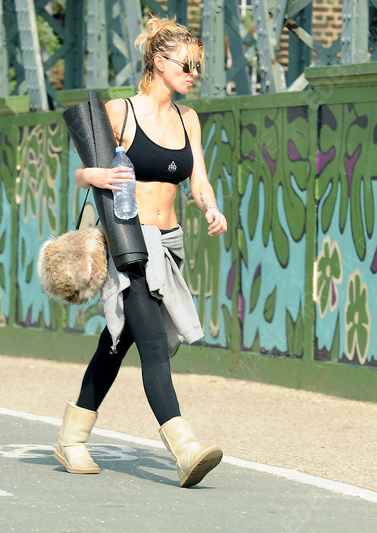 23.MARCH.2012. LONDON<br /> <br /> SARAH HARDING EXERCISING IN PRIMROSE HILL<br /> <br /> BYLINE: EDBIMAGEARCHIVE.COM<br /> <br /> *THIS IMAGE IS STRICTLY FOR UK NEWSPAPERS AND MAGAZINES ONLY*<br /> *FOR WORLD WIDE SALES AND WEB USE PLEASE CONTACT EDBIMAGEARCHIVE - 0208 954 5968*